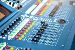 在音乐会阶段的大搅拌器控制台 免版税库存照片