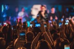 在音乐会-夏天音乐节的人群 免版税库存照片