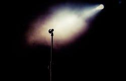 在音乐会-夏天音乐festiva期间,在阶段的话筒点燃 免版税图库摄影