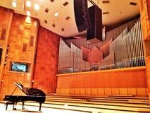 在音乐厅的大平台钢琴 库存照片