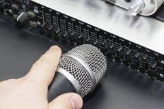 在音乐家的专业冷凝器演播室话筒弄脏了背景和音频搅拌器,乐器概念 图库摄影