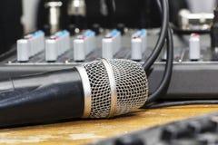 在音乐家的专业冷凝器演播室话筒弄脏了背景和音频搅拌器,乐器概念 库存照片