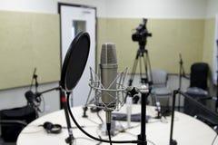 在音乐家的演播室话筒弄脏了背景和音频搅拌器,乐器概念 图库摄影