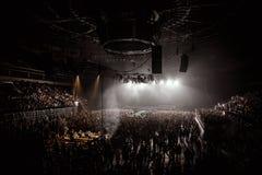 在音乐竞技场的人群 免版税库存照片