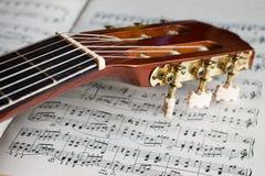 在音乐笔记的吉他床头柜 免版税库存照片