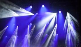在音乐节的反射器光 库存照片