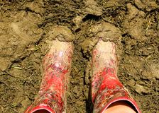 在音乐节的泥泞的wellies惠灵顿起动 免版税库存照片