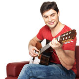 在音响guitat的微笑的吉他弹奏者作用 免版税图库摄影