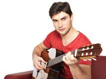 在音响guitat的微笑的吉他弹奏者戏剧 免版税库存图片