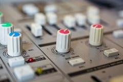 在音频混合的控制台的老按钮设备 图库摄影