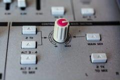 在音频混合的控制台的老按钮设备 免版税库存照片