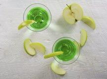 在顶上的看法的绿色苹果计算机马蒂尼鸡尾酒鸡尾酒 库存照片