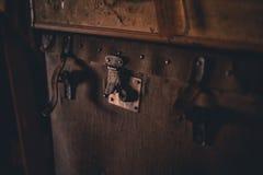 在顶楼葡萄酒的老手提箱 免版税库存图片