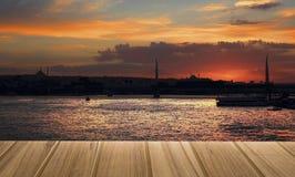 在顶视图的木顶面桌桥梁日落在伊斯坦布尔市T 免版税库存图片