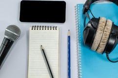 在顶视图的空白的笔记本与音乐概念whitebackground h 库存图片