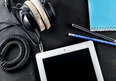 在顶视图的空白的笔记本有音乐概念黑色背景 免版税库存照片