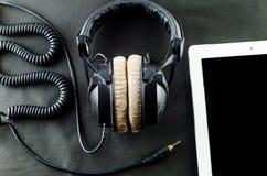 在顶视图的空白的笔记本有音乐概念黑色背景 免版税图库摄影