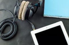 在顶视图的空白的笔记本有音乐概念黑色背景 图库摄影