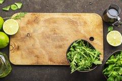 在顶视图的老木家庭切板 免版税图库摄影