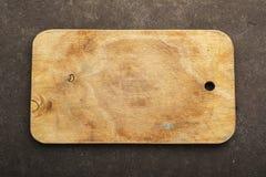 在顶视图的老木家庭切板 免版税库存照片