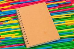 在顶面五颜六色的秸杆管特写镜头的笔记本 抽象纹理 库存照片