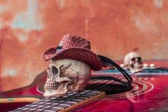 在顶面古典吉他的头骨盖帽 免版税库存照片