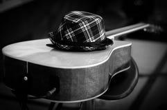 在顶面吉他的帽子 免版税库存照片