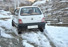 在顶面塔纳马恩迪地区搁浅的车DKG在新降雪以后在莫卧儿路在Poonch 图库摄影