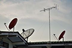 在顶面屋顶的卫星盘天线 库存图片