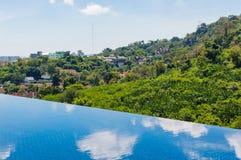 在顶面屋顶的游泳池 免版税库存图片