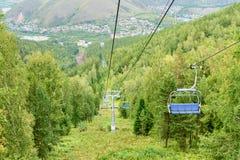 在顶面山的驾空滑车对俄国储备Stolby自然圣所 在克拉斯诺亚尔斯克附近 免版税库存照片