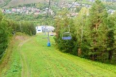 在顶面山的驾空滑车对俄国储备Stolby自然圣所 在克拉斯诺亚尔斯克附近 库存照片