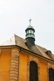 在顶面教会屋顶的都市ornated教会十字架 免版税库存照片
