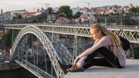 在顶面观察台的年轻女性开会杜罗河河的,俯视的桥梁Dom雷斯我,波尔图 免版税库存图片