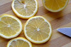 在顶面风景的稀薄的柠檬切片 库存图片