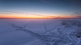 在顽童冻海湾的冬天风景  库存照片