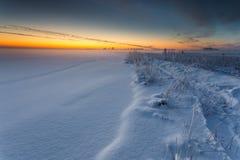 在顽童冻海湾的冬天风景  免版税库存照片