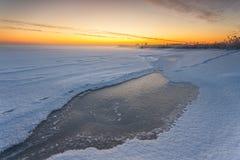 在顽童冻海湾的冬天风景  免版税图库摄影