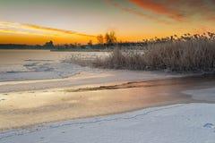 在顽童冻海湾的冬天风景  免版税库存图片