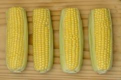 在预习功课板上面01的玉米 免版税库存图片