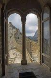 在领事城堡的窗口在老热那亚人的堡垒 Sudak 库存照片