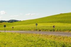 在领域之间的乡下公路 免版税库存图片
