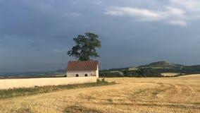 在领域之间的公墓在村庄Merunice 影视素材