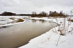在领域之间的小河洪水 免版税库存照片