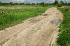 在领域之间的农村土路 库存图片
