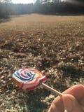 在领域前面的棒棒糖 免版税库存图片