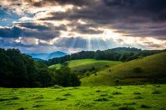 在领域和绵延山的云隙光 图库摄影