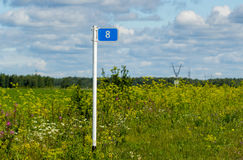 在领域安装的路标英里 图库摄影