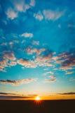 在领域或草甸的日落日出 明亮的剧烈的天空和黑暗 免版税库存图片