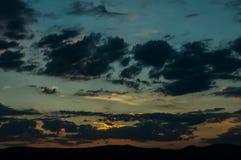 在领域或草甸的自然日落日出 明亮的剧烈的天空和黑暗的地面 图库摄影